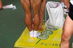 Dehnen als Sofortmaßnahme gegen Wadenkrämpfe © Flickr / Photocapy