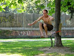 Slacklining  Flickr / photodia