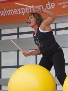 Drums Alive: Trommeln auf Gymastikball als Workout.