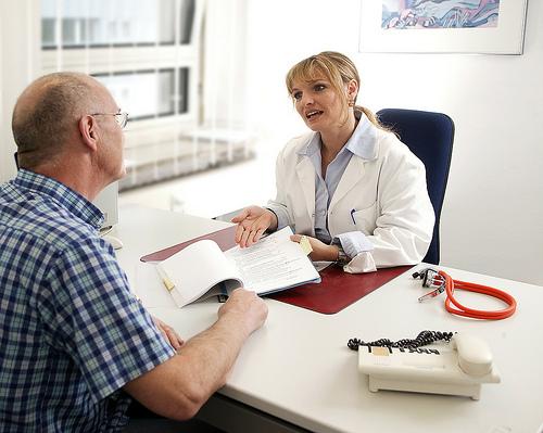 Arzt im Beratungsgespräch © Flickr / tuev_sued