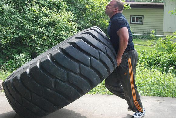 Zum Bewege des Traktorreifens wird viel Kraft benötigt. Großer