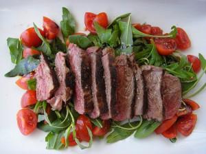 Gesund und lecker: Steak mit Salat © by momo via Flickr; [CC BY 2.0]